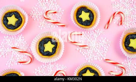 Festliche Sammlung von englischen Stil traditionelle Weihnachten Kekse, Plätzchen und Obst mince pies, Overhead - Stockfoto