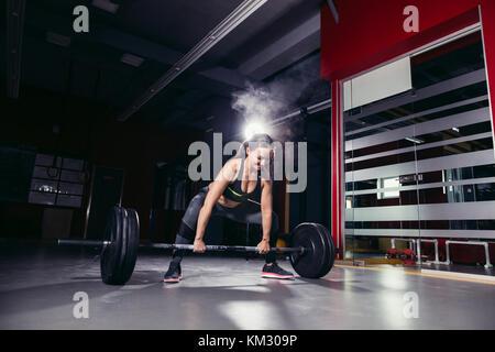 Die passende Frau in der Turnhalle - Stockfoto