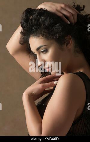Schöne junge Frau Hand auf Kopf wegschauen - Stockfoto