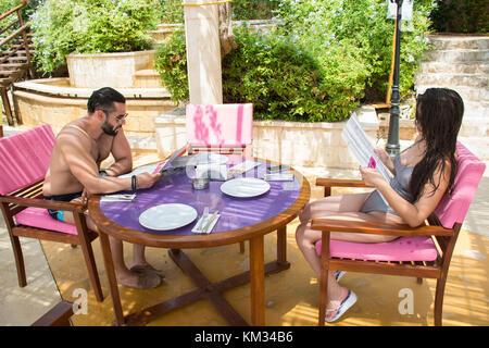 Paar prüfen Speisekarte in einem Restaurant am Strand - Stockfoto