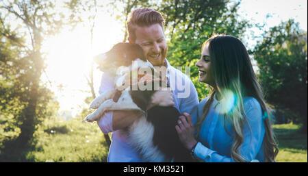 Romantisches Paar in der Liebe zu Hunden und Verklebung - Stockfoto