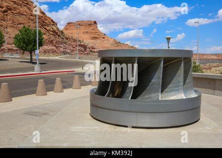 Eine Turbine auf dem Gelände des Carl hayden Visitor Center am Glen Canyon Dam - Stockfoto