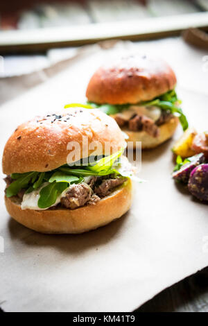 Burger auf Holz- Hintergrund - Stockfoto