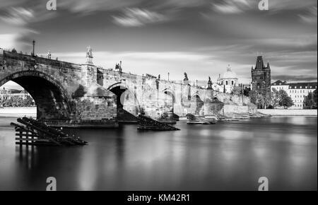 Malerische Aussicht auf die Moldau und das historische Zentrum von Prag, Gebäude und Wahrzeichen der Altstadt, Prag, - Stockfoto
