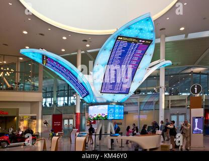 Flight Information Center am Toronto Pearson International Airport, Terminal 1. Abfahrt Bildschirme für Airlines, - Stockfoto