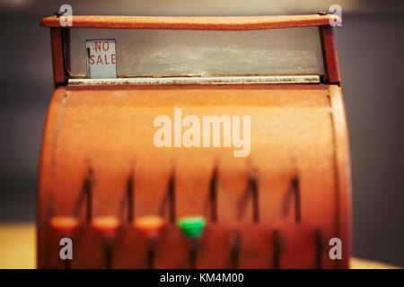 Retro Style bronze farbigen Kasse, ein altmodisches bis mit Tasten und ein Display. - Stockfoto