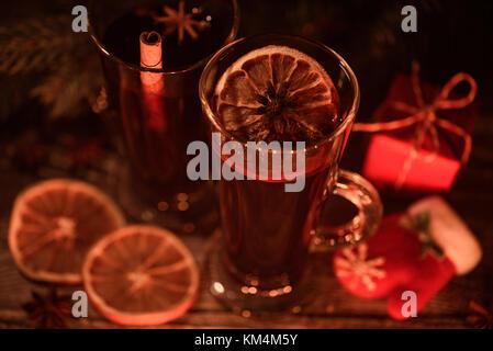 Weihnachten und neues Jahr Glühwein am Abend - Stockfoto