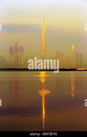 Dubai, Vereinigte Arabische Emirate - Februar 27, 2017: schöne Burj Khalifa und Spiegelbild im Wasser, Vereinigte - Stockfoto