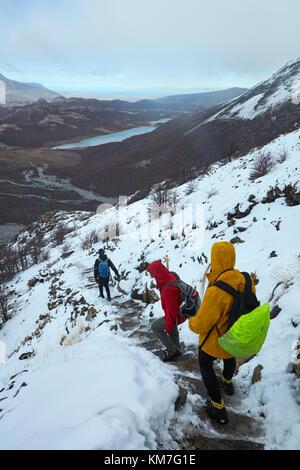 Wanderer im Schnee auf dem Weg zur Laguna de los Tres, Parque Nacional Los Glaciares (World Heritage Area), Patagonien, - Stockfoto