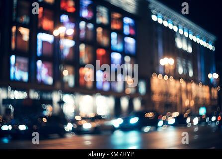 Verschwommen Stadt bei Nacht. Bokeh. Schöne Zusammenfassung Hintergrund mit Defokussierten Gebäude, Autos, City - Stockfoto