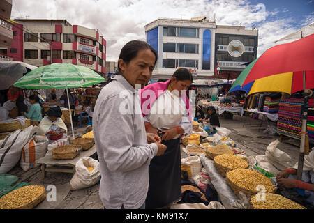 Otavalo, Ecuador - Dezember 2, 2017: indigene Mann und Frau Einkaufen in der Samstag im freien Handwerker- und Bauernmarkt - Stockfoto