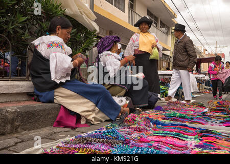 Otavalo, Ecuador - Dezember 2, 2017: Nahaufnahme einer indigenen Frau Anbieter verkaufen handgemachte Geschenke - Stockfoto