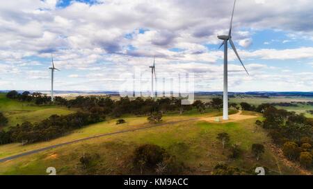 Tall wind angetriebene Turbinen mit genecating properllers als Teil der Windpark auf dem Hügel in ländlichen NSW - Stockfoto