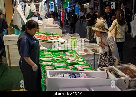 Kanazawa, Japan, 8. Juni 2017: Vielfalt an frischem Fisch und Meeresfrüchten für Verkauf an den Omicho Markt - Stockfoto