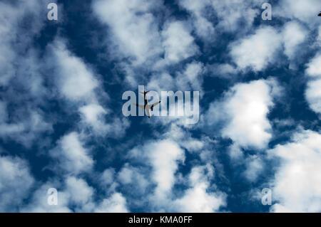 Flugzeug fliegen in den bewölkten Himmel