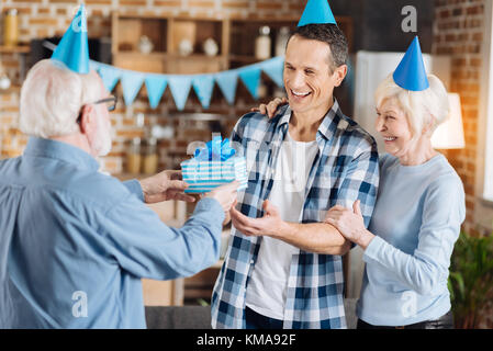 Liebevolle senior Vater gratulierte seinem erwachsenen Sohn mit dem Geburtstag - Stockfoto