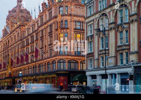 London, Großbritannien, 4. Dezember 2017: Harrods, dem berühmtesten London shop für festliche Jahreszeit gestaltet - Stockfoto