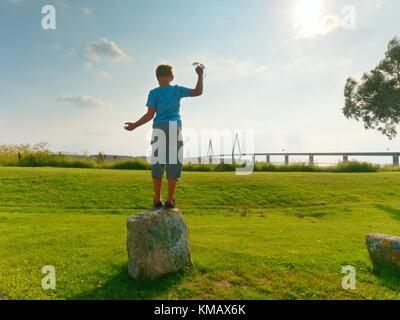 Klettergerüst Aus Polen : Kinder spielen auf modernes hohes klettergerüst mit seilen und