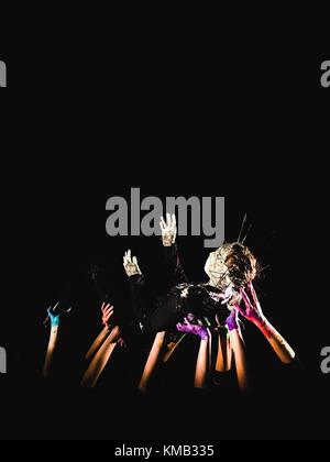 Banner sozialen Konzept. Hände in Farbe auf einem schwarzen Hintergrund symbolisiert die Angst, Hoffnung, Kampf - Stockfoto