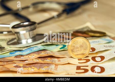 Stethoskop und gültigen Euro und tschechischen Banknoten. bezahlt Gesundheitsversorgung. Geld, um die Krankheit - Stockfoto