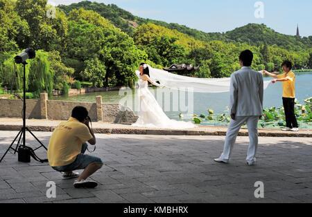 Hangzhou, Zhejiang, China.  Hochzeit Fotografieren am malerischen Ufer des West Lake in der Stadt Hangzhou - Stockfoto