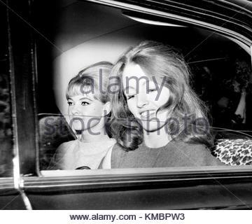 Foto vom 22/07/63 von Christine Keeler, (rechts), und Mandy Rice-Davies Verlassen des Old Bailey nach dem ersten - Stockfoto