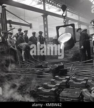 1950, historische, Schiffbau.... eine kleine Gruppe der männlichen Beschäftigten sammeln aound eine Eisen- und Stahlerzeugung - Stockfoto