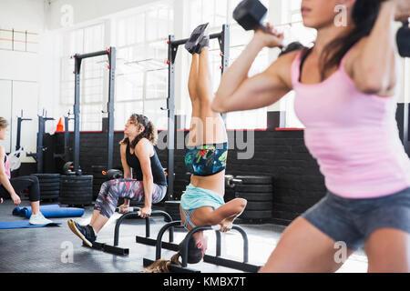 Junge Frauen, die arbeiten in der Turnhalle - Stockfoto