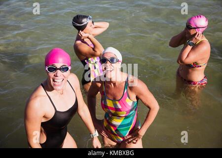 Overhead portrait lächelnd weibliche Open water Schwimmer Waten im sonnigen Ozean - Stockfoto