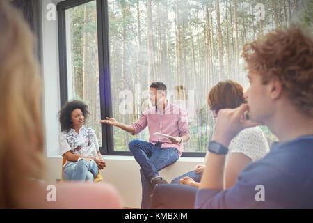 Mann in der Gruppe Therapie Sitzung - Stockfoto