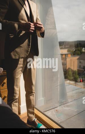 Der Mensch seine Blazer tragen im Schlafzimmer - Stockfoto