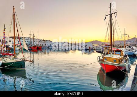 Den Sonnenuntergang am Hafen von Naoussa auf der Insel Paros, Griechenland - Stockfoto