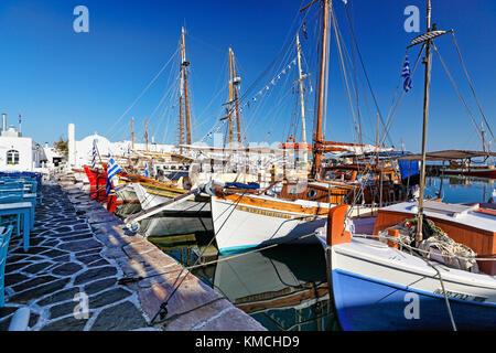 Boote im Hafen von Naoussa auf der Insel Paros, Griechenland - Stockfoto