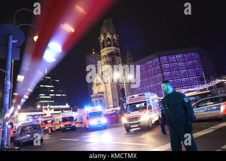 Berlin, Deutschland. 19 Dez, 2017. Archiv - Notfall Rettungskräfte und Polizei gezwungen sind, bei der Arbeit in - Stockfoto