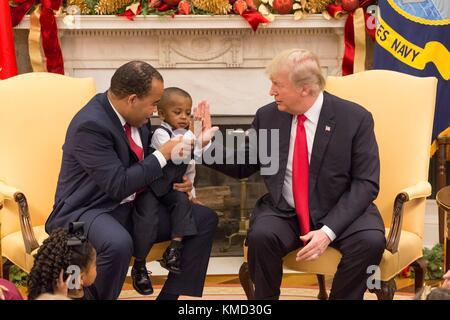 Us-Präsident Donald Trump gibt einen hoch ein kleiner Junge während eines Steuerzahlers Familie Veranstaltung im - Stockfoto