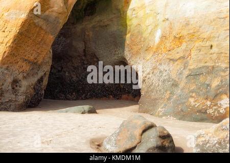 Durch Wind und Salzwasser bei Flut erstellt, diese Höhle wie Einrückung ist eine von vielen geologischen Merkmale - Stockfoto