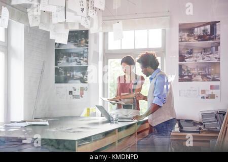 Design Profis mit Digitalen tablet, Brainstorming im Büro - Stockfoto