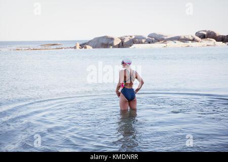 Weibliche Open water Schwimmer stehen, waten, Ozean - Stockfoto