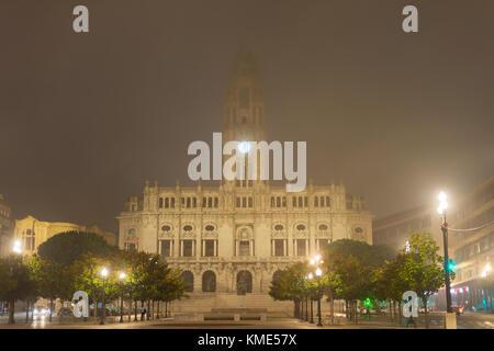 Porto Rathaus im Nebel in der Nacht. Portugal - Stockfoto