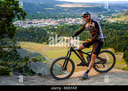 Männliche Mountainbiker hält für eine Verschnaufpause auf einer technischen Abfahrt gerade außerhalb von Durango, - Stockfoto
