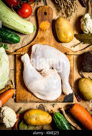 Zutaten für die Herstellung von hühnersuppe an einem hölzernen Tisch. - Stockfoto