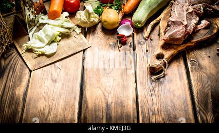 Zutaten für die Suppe mit Rindfleisch. auf Holz- Hintergrund. - Stockfoto