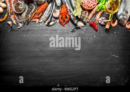 Frische Meeresfrüchte. Eine breite Palette von Garnelen, Hummer, Tintenfisch und anderen Meereslebewesen. Auf einer - Stockfoto