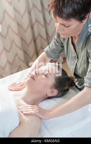 Frauen, die Massage im Spa - Stockfoto