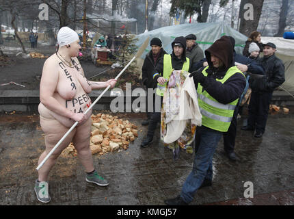 Kiew, Ukraine. 7 Dez, 2017. Ein Aktivist der Frauen, die ...