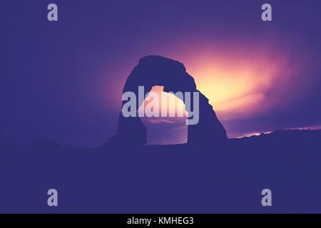 Mondlicht beleuchteten Zarten Arch Silhouette, Farbe getonte Bild, Arches National Park, Utah, USA. - Stockfoto