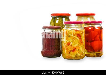 Gläser mit hausgemachten eingelegtes Gemüse auf weißem Hintergrund mit Kopie Raum isoliert. - Stockfoto