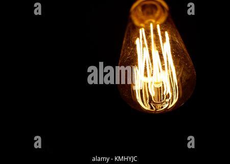 Retro Style Glühbirne Beleuchtung gegen einen dunklen Hintergrund - Stockfoto