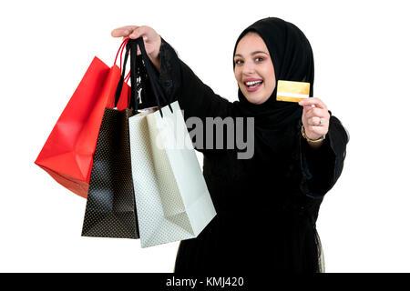 Arabische Frau, die einkaufstaschen isoliert auf weißem - Stockfoto