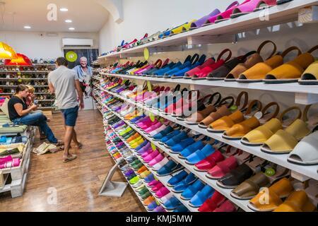 Abarca Sandalen Shop. Traditionelle Schuhe in Menorca. Maó Stadt. Mahón Stadt. Maó Gemeinde. Insel Menorca. Balearen. - Stockfoto
